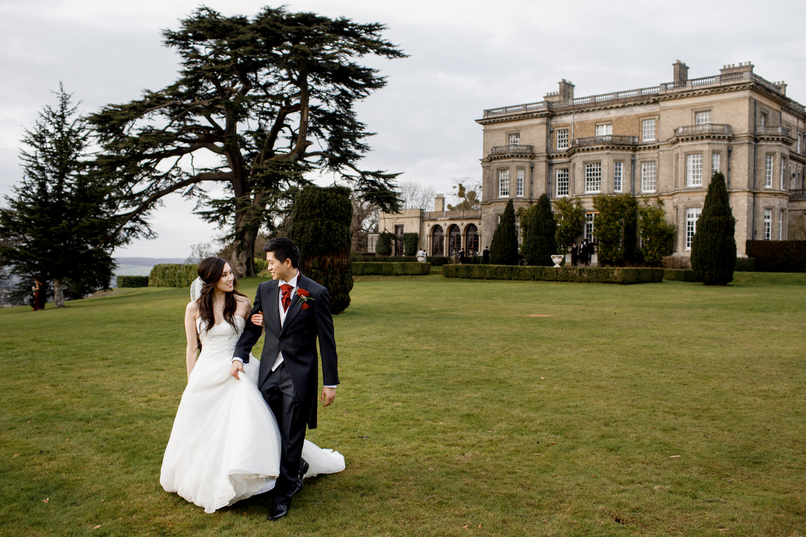 bride and groom outside hedsor house
