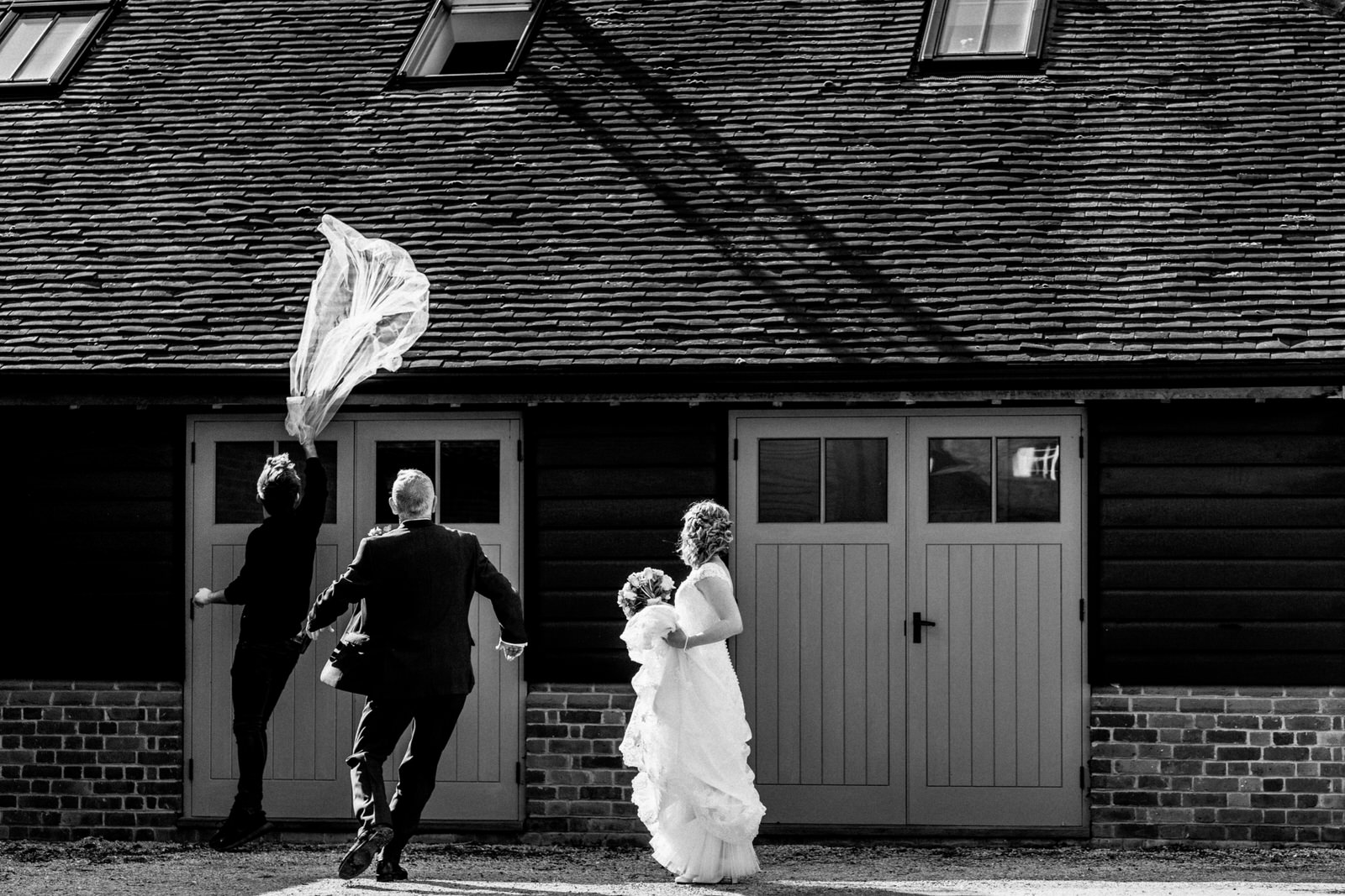 brides veil blown off at wedding day