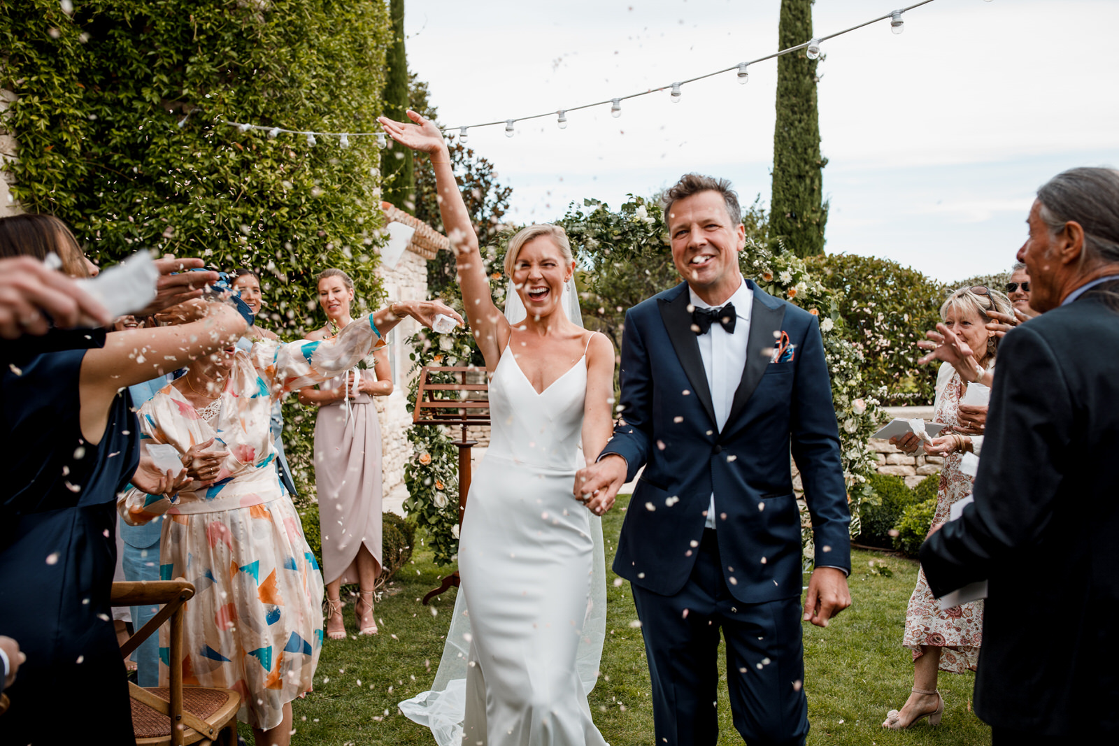 confetti at la bastide de gordes wedding