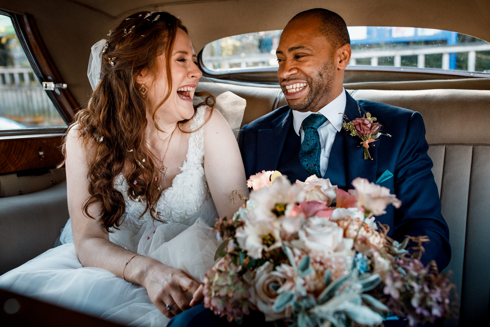 birde and groom inside wedding car
